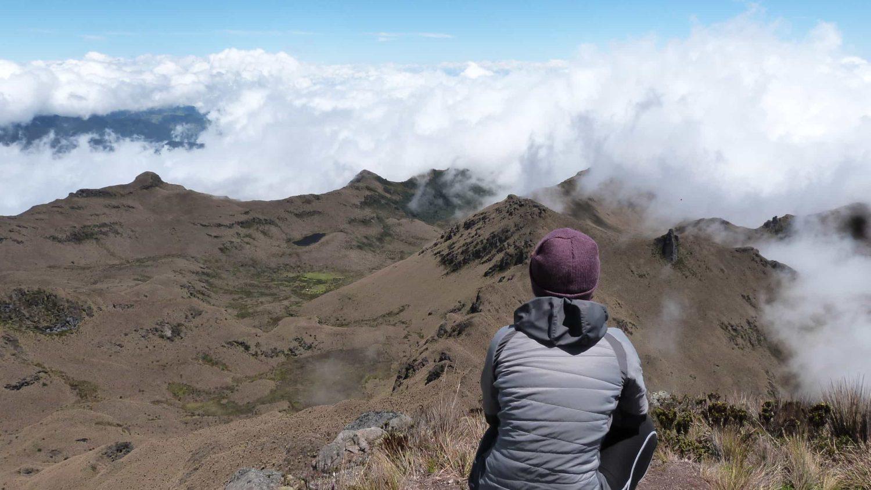 Panorama sur les montagnes dans les nuages