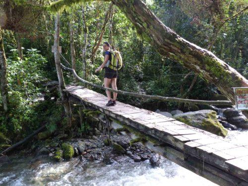 Pont en bois au dessus d'un rivière
