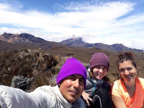 Avec notre guide avec les montagnes en fond