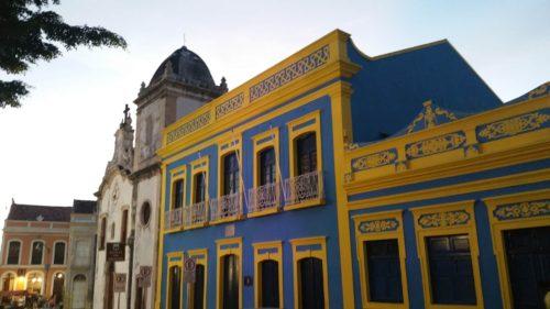 Bâtiment jaune et bleu
