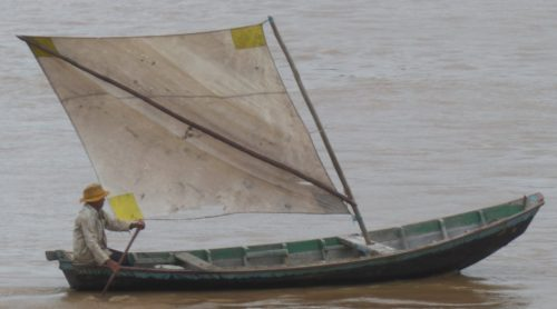 Pêcheur dans un petit voilier