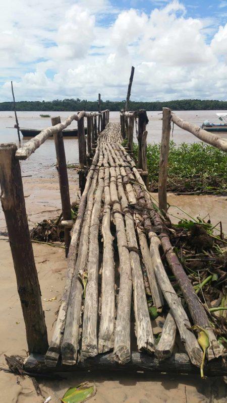Pont en bois menant à la rivière