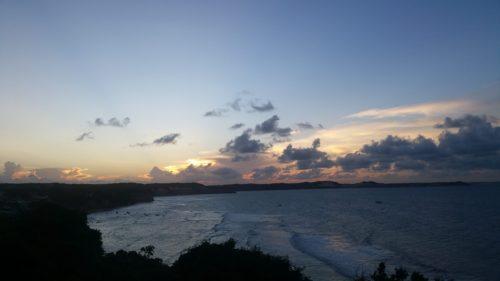 Praia do amor au coucher de soleil