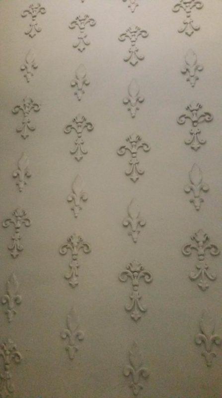 Mur orné de fleur de lys en relief