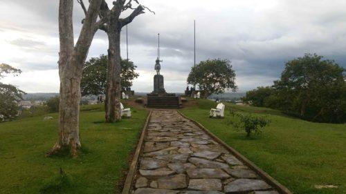 Chemin pavé vers la statue de José de Caldas