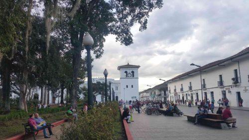 Place principale et vue sur le clocher blanc
