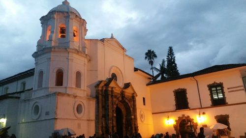 Église blanche de nuit