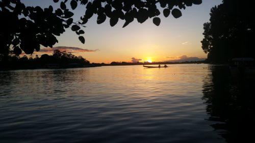 Bateau sur le fleuve au coucher de soleil
