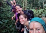 Groupe du trek avec le visage peint en rouge
