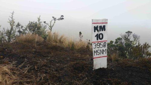 Panneau qui annonce le kilomètre 10 et altitude de 3958 m