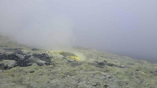 Fumerolle de soufre émanant d'un petit cratère