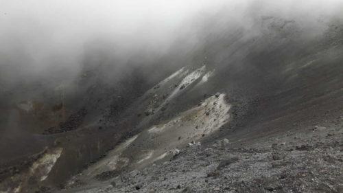 Intérieur du cratère du Puracé embrumé