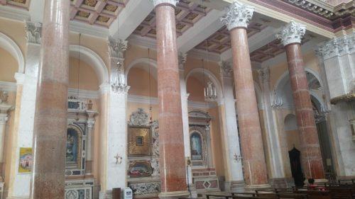 Colonne rosées intérieures d'une église