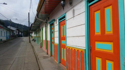 Rue et portes colorées
