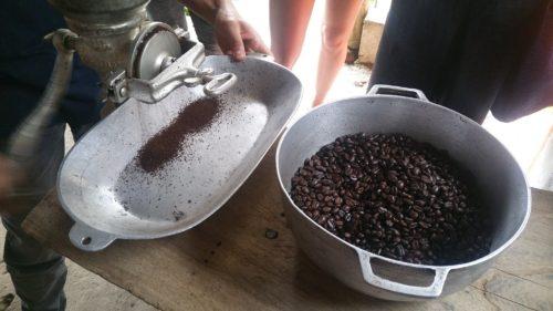 Grains de café et moulin a café