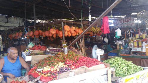 Étals de frutis et légumes
