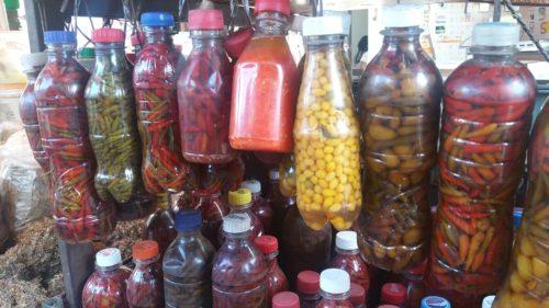Piments dans des bouteilles