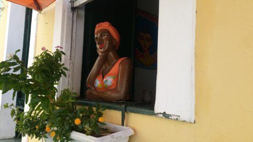 Statue d'une femme à une fenêtre