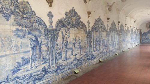 Azulejos dans une allée de cloître
