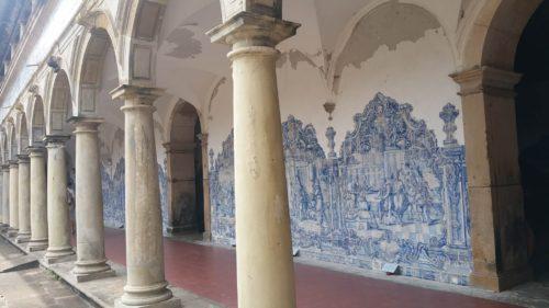 Colonnes et azulejos au mur