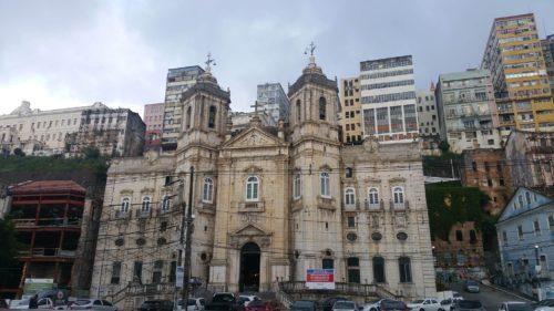 Église entourée d'immeubles