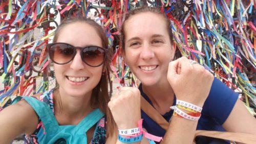 Avec une amie montrant nos bracelets fitas