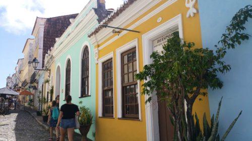 Rue pavée au maisons colorées
