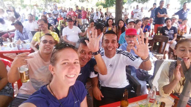 Groupe de colombiens prenant une bière