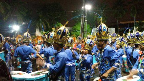 Défilé d'un groupe en costume de carnaval