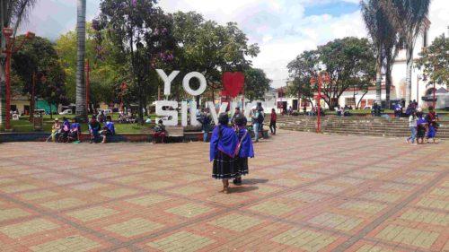 Deux femmes en habits traditionnels marchant vers le panneau de Silvia