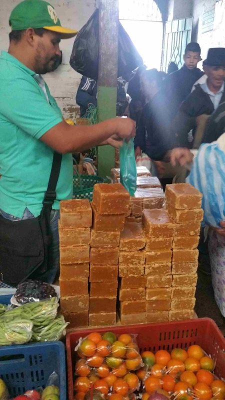 Homme vendant des morceaux de panela