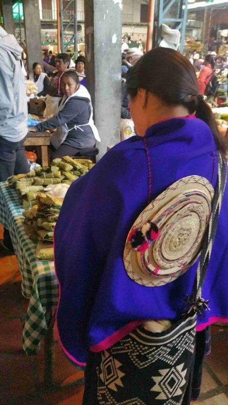 Femme de dos en habit traditionnel