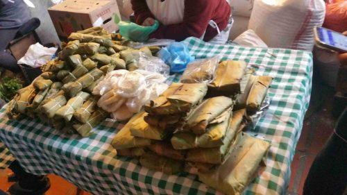 Tamalé sur un étal de marché