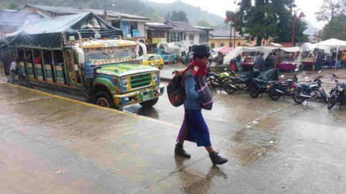 Homme en habit traditionnel marchant sous la pluie