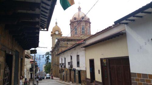Rue et coupole de l'église