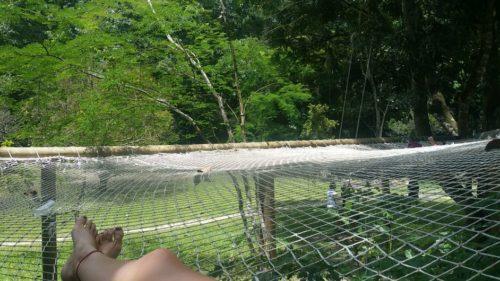 Allongée sur le hamac en filet