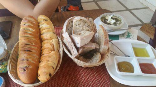 Panières avec du pain et des pains viennois