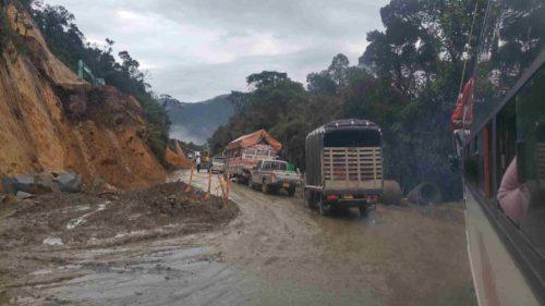 Camions arrêtés sur une route de montagne boueuse