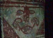 Peinture ancienne d'un visage sur un pilier