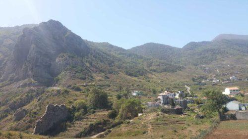 Vallée entourée de montagnes