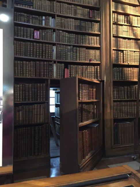 Porte ouverte dans une étagère de bibliothèque