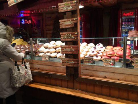 Stand de gâteau sur le marché de noël
