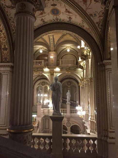Statue surlombant lescalier de lopéra