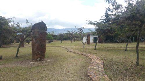 Observatoire Muisca avec des statues en pierre en forme phallique