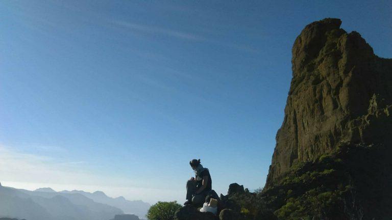 En haut d'un point de vue de randonnée à Tejeda